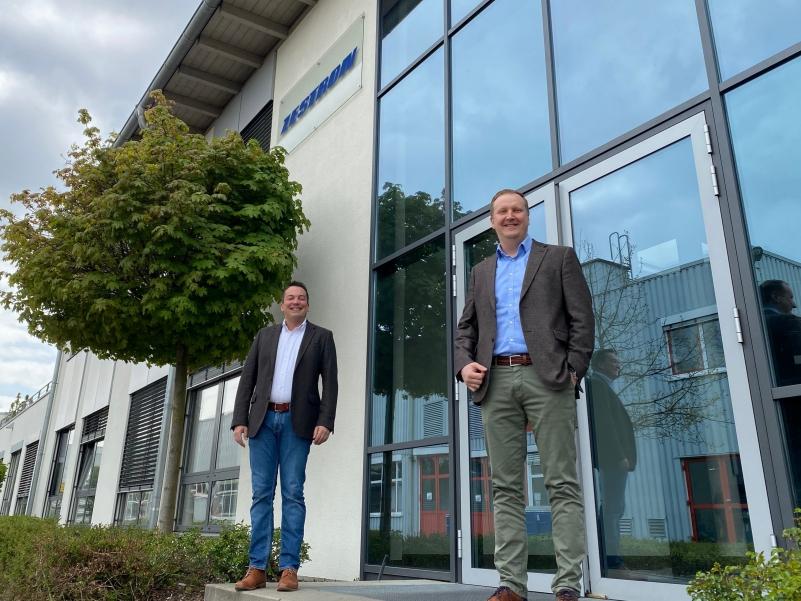 Stefan Theil, Factronix-Vertriebsleiter, und Adam Meinert, Sales Director Europe von Zestron Europe.
